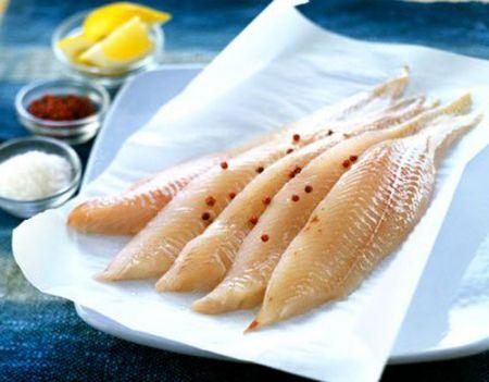Bạn có thể đổ chút rượu trắng vào miệng cá và bảo quản cá ở chỗ mát.