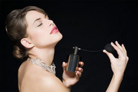 Nên xịt nước hoa sau khi tắm để tăng khả năng giữ mùi