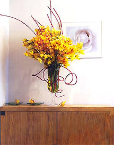 Một lọ hoa đặt trên tủ để giày ngay tiền phòng.