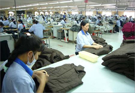 Các công ty may Việt Nam chủ yếu gia công theo đơn hàng của các hãng nổi tiếng của nước ngoài.