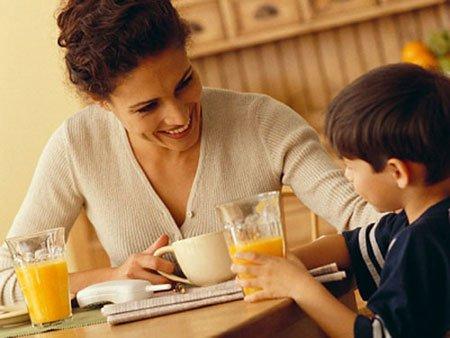 Hãy gợi cho trẻ nhớ những hình ảnh, hành động đẹp của cô để trẻ cảm thấy thoải mái.