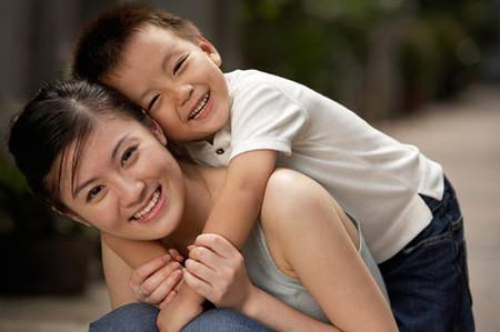 Ngay từ khi con còn nhỏ, người mẹ nên tập cho con tính tự lập và bộc lộ tình cảm với con một cách đúng mực.