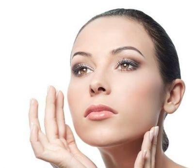 Uống nhiều nước và sử dụng kem dưỡng ẩm thường xuyên giúp bạn luôn giữ được nét tươi trẻ