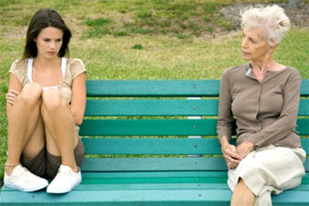 Vì chậm có bầu và nhiều nguyên nhân khác mà mẹ và vợ em không thể hòa hợp, em rất khó xử