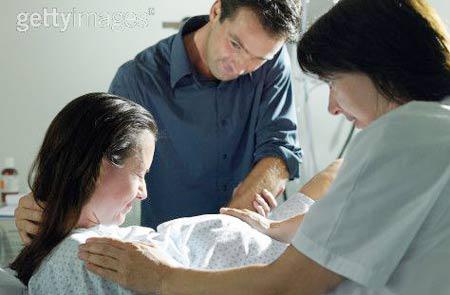Trong một số ca sinh, bác sĩ phải thực hiện thủ thuật rạch tầng sinh môn để em bé có thể ra ngoài dễ dàng hơn