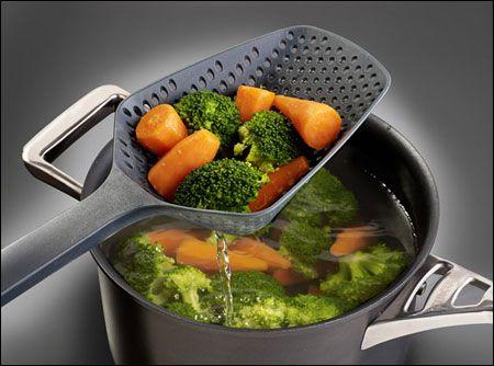 Luộc rau là phương pháp phổ biến nhất vì đơn giản và dễ thực hiện