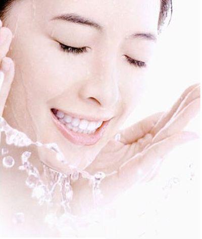 Rửa mặt 2 lần mỗi ngày để có làn da đẹp.