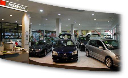 Các showroom ôtô bán chạy hơn hẳn trong tháng 12 nhờ lực mua chạy thuế.