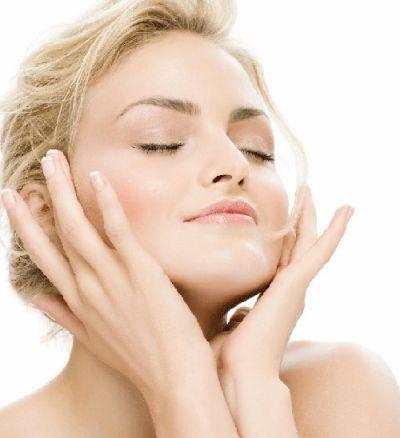 Tình dầu trà xanh có thể làm giảm vi khuẩn và giảm viêm cho làn da.
