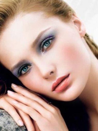 Gương mặt bạn sẽ tươi trẻ và tràn đầy sức sống với phong cách trang điểm này.