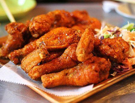 Để món gà nướng có lớp da thật giòn, thỉnh thoảng trong quá trình nướng bạn nên phết một lớp bơ lên da gà nhé!