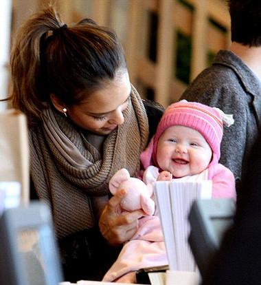 Bé 4 tháng tuổi bắt đầu biết khám phá thế giới
