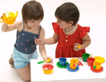 Cha mẹ nên để trẻ chơi với các bạn cùng trang lứa một cách trong sáng nhất.