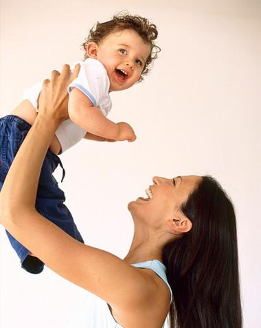 Việc rung lắc trẻ sơ sinh có thể khiến cho não trẻ bị tổn thương.
