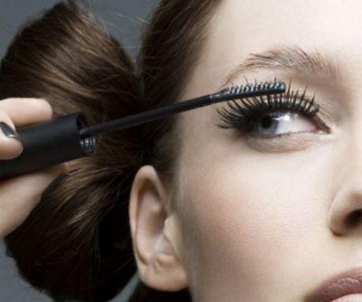 Bạn nên làm sạch mascara trước khi chuốt để loại bỏ hết lớp mascara thừa.