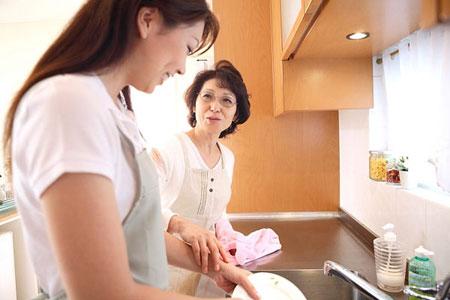 Nhiều mẹ chồng muốn làm việc nhà để giúp đỡ con dâu nhưng mong muốn đó đôi khi khó có thể thực hiện