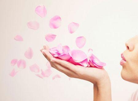 Nước hoa hồng luôn là một công thức trị mụn trứng cá hiệu quả nhất.