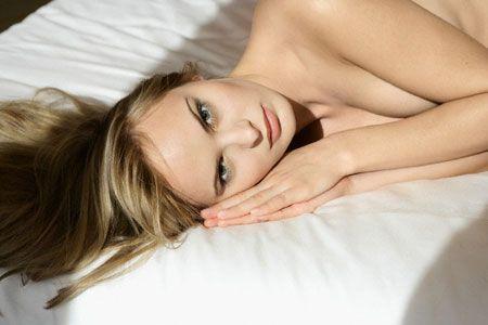 Khi đi ngủ không nên mặc áo ngực vì ảnh hưởng đến sự tuần hoàn máu.