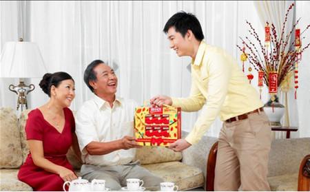 Để chọn được một món quà tết ý nghĩa, hợp lý để tặng cho cha mẹ người yêu thật không đơn giản chút nào.