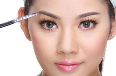 Nếu bạn muốn gây sự chú ý của người xung quanh vào đôi mắt của bạn thì hãy sử dụng son môi màu nhạt hoặc son bóng.