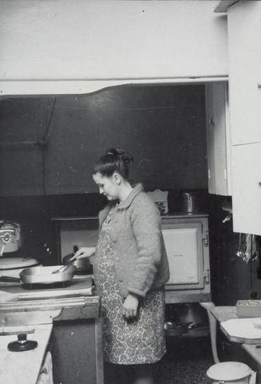 Bà bầu nên tự nấu ăn tại gia đình, vừa đảm bảo vệ sinh lại đủ chất dinh dưỡng.