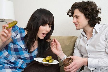 Sự quan tâm, chăm sóc chu đáo của chồng sẽ làm giảm đi rất nhiều những sự khó chịu khi vợ ốm nghén