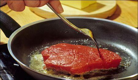 Khi chảo đang nóng, không được đổ trực tiếp nước mắm hoặc muối vào vì lớp sơn chống dính sẽ bị rỗ.