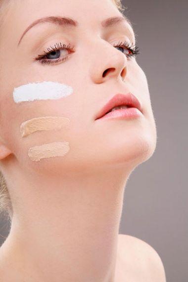 Để che phủ đi quầng thâm, bạn có thể dùng kem che khuyết điểm màu hồng đào để làm sáng vùng mắt.