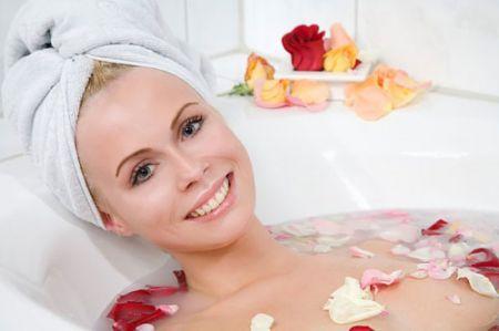Tắm cánh hoa hồng giúp bạn giảm căng thẳng.