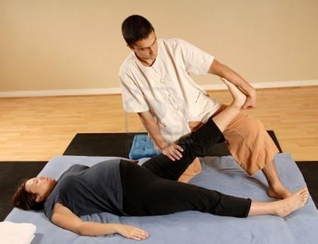 Bà bầu cần được massage để toàn thân thư giãn, mạch máu lưu thông.