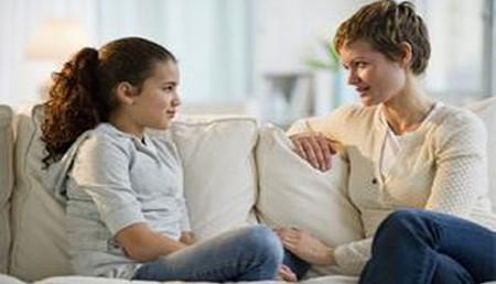 Để có thể gần gũi và hiểu con trong giai đoạn trẻ dậy thì, cha mẹ phải tế nhị, khôn khéo trong giao tiếp với trẻ