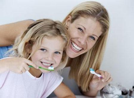 Trẻ từ 3 tuổi trở cần được hướng dẫn cách đánh răng bằng bàn chải và kem đánh răng.