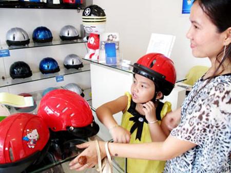 Nên chọn mua mũ bảo hiểm đảm bảo chất lượng vì sự an toàn của bạn và gia đình