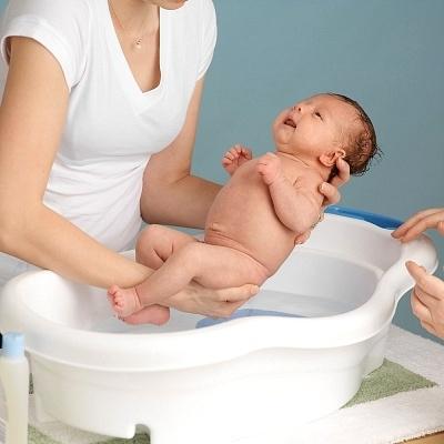 Tắm cho bé là việc làm cần thiết nhưng ne