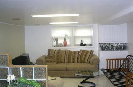 Trần nhà màu trắng phản chiếu ánh sáng, làm cho căn phòng sáng.