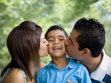 Yêu thương, cưng chiều con quá mức là các bậc cha mẹ đã vô tình hại con.