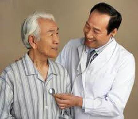 Chuyển mùa, người cao tuổi dễ mắc phải các bệnh về đường hô hấp
