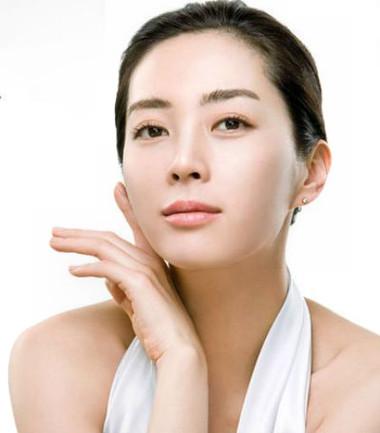 Lựa chọn mỹ phẩm từ tự nhiên phù hợp để có làn da trắng hồng rạng rỡ.