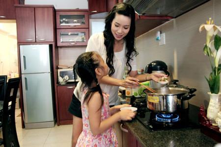 Có nhiều lợi ích khi bé giúp mẹ chuẩn bị bữa nhưng cần chú ý bảo đảm an toàn cho bé.