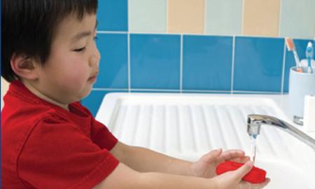 Tập cho trẻ thói quen rửa tay sạch sẽ để phòng nhiễm giun, sán.