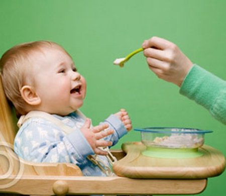 Khi muốn cho bé thử thức ăn mới, bạn nên cho bé ăn từng chút một.