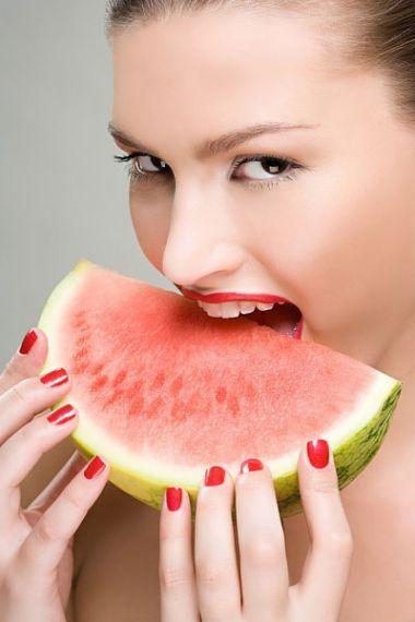 Bạn hãy tập thói quen ăn dưa hấu và dùng dưa hấu kết hợp với một vài nguyên liệu khác để có một làn da mềm mại và gợi cảm.