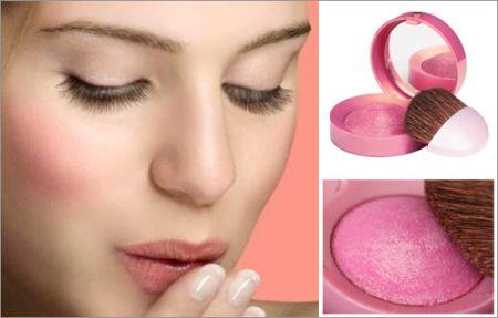 Khi trang điểm cho khuôn mặt, nếu sử dụng quá nhiều kem nền và thoa không đều sẽ dễ tạo thành những nếp nhăn trên da.