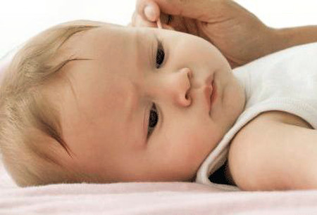 Lấy tăm bông lau ống tai cho trẻ có thể đẩy ráy tai vào sâu hơn.