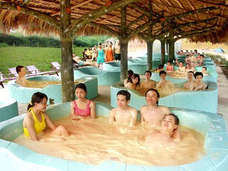 Tắm khoáng nóng là sở thích của nhiều người hiện nay.