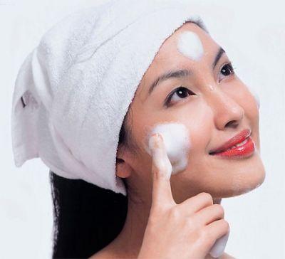 Tẩy trang là cần thiết vào mỗi buổi sáng và đêm trước khi bạn đi ngủ vì rửa mặt thông thường không làm sạch được lớp trang điểm.