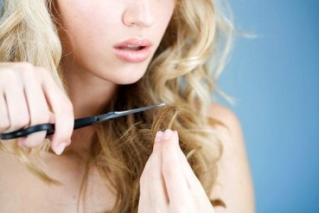 Việc bạn cần làm là cầm kéo lên, để cắt ngọn tóc ấy đi, và bắt đầu một chế độ chăm sóc tóc sáng suốt hơn.