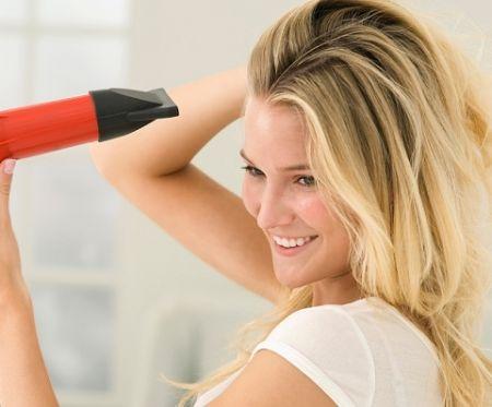Thường xuyên gội đầu là một cách rất tốt để giảm lượng dầu sinh ra cũng như lượng dầu có trên tóc và da đầu.