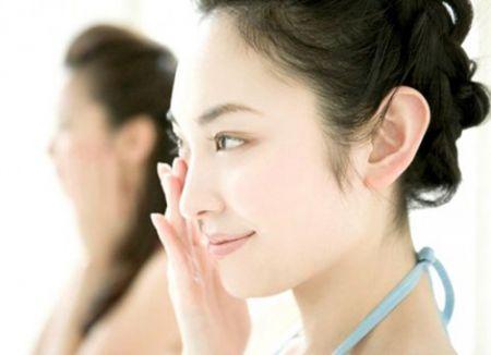 Không nên dùng kem dưỡng da mặt cho vùng da mắt.