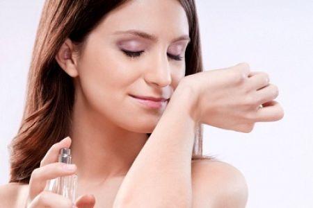 """Mùi nước hoa sẽ giúp """"lấn át"""" mùi cơ thể khiến bạn tự tin hơn trong giao tiếp."""